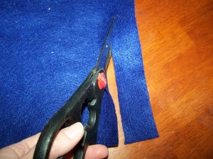 Cut the felt to make the scarf